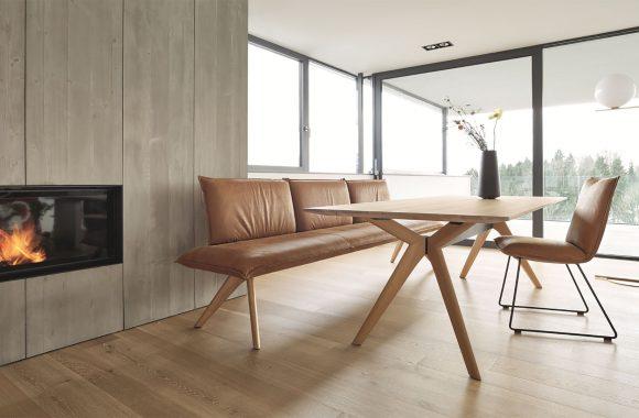 Holztisch mit Sitzbank