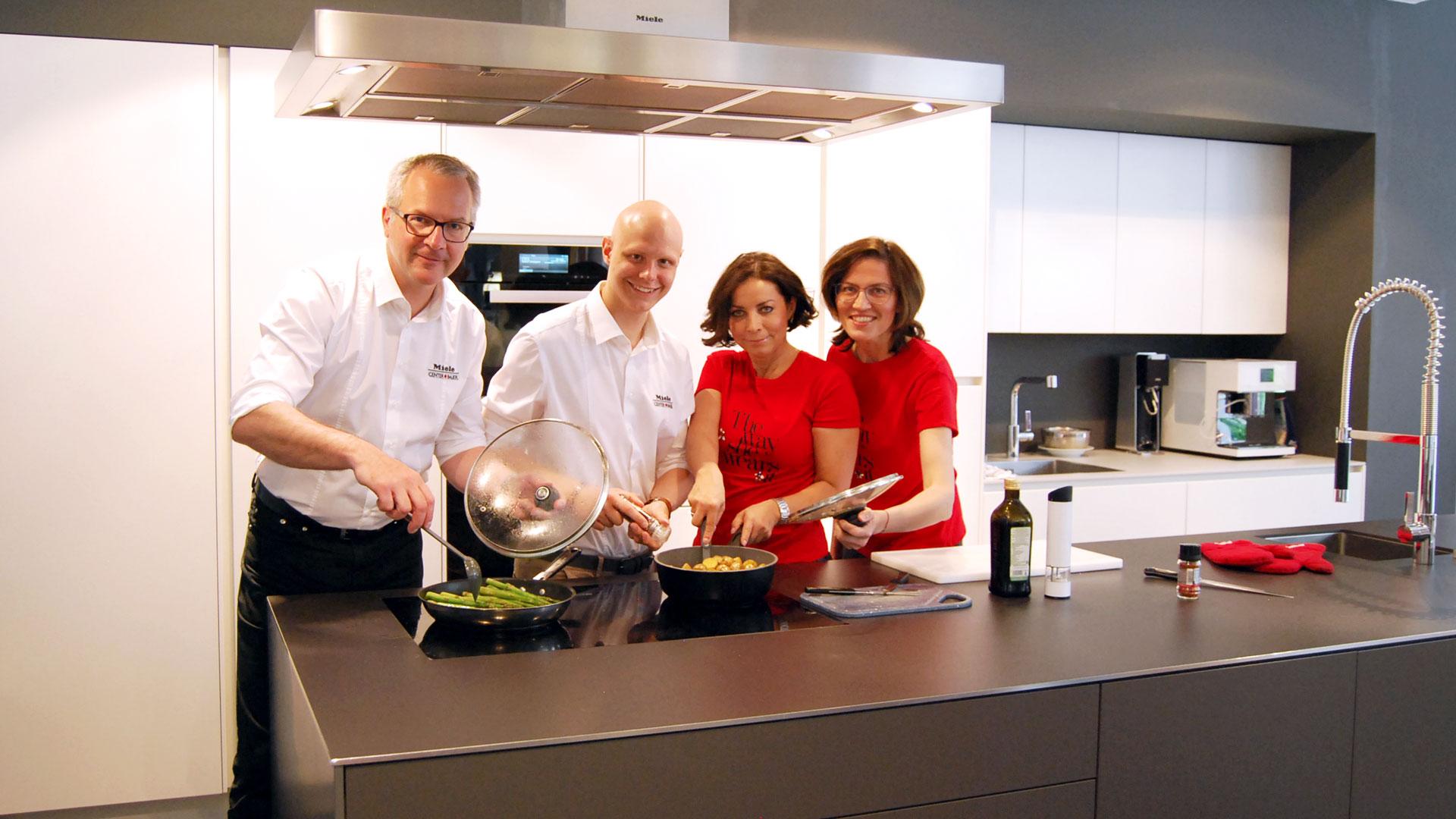 Gemeinsames Kochen in der Küche in Wien bei Miele Center Bauer
